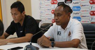 Kas Hartadi pelatih kepala Sriwijaya FC bersama kapten Ambrizal dalam sesi jumpa pers. FOTO : VIRALSUMSEL.COM