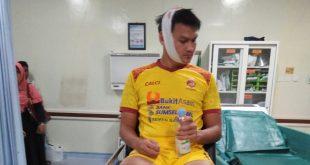 BAIKAN : Bobby Satria bek Sriwijaya FC usai jalani tiga jahitan. FOTO : VIRALSUMSEL.COM