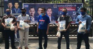 H Ishak Mekki Anggota DPR RI bagikan 1000 paket sembako kepada masyarakat terdampak virus corona. FOTO : VIRALSUMSEL.COM