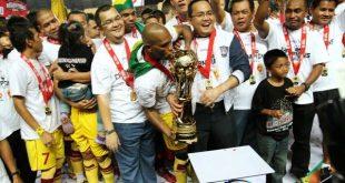 Pemain, pelatih, ofisial dan manajemen Sriwijaya FC euforia angkat trofi juara ISL 2011/2012. FOTO : NET