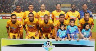 Dua pemain asal Papua, Marckho Sandy (berdiri paling kiri) dan Yanto Basna (berdiri dua kanan) dalam starting eleven Sriwijaya FC 2017. FOTO : LIGA INDOENSIA