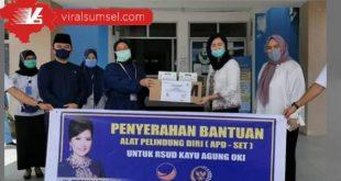 Hj Percha Leanpuri bantu APD ke RSUD Kayuagung Kabupaten OKI, Rabu (20/5/2020). FOTO :VIRALSUMSEL.COM