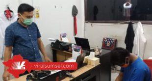Deri Prima tertunduk lesu saat press releases di Mapolsek Sukarami Palembang. FOTO :VIRALSUMSEL.COM