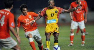 Keith Kayamba Gumbs penyerang Sriwijaya FC lewati pemain Shandong Luneng. FOTO : INDOSPORT