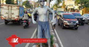 Penampakan manusia silver di Lampu Merah Palembang. FOTO : M ARRAHIM/VIRALSUMSEL.COM