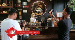 Jurnalis Viral Sumsel sedang menikmati secangkir kopi Robusta di Portal Warkop. FOTO :VIRALSUMSEL.COM