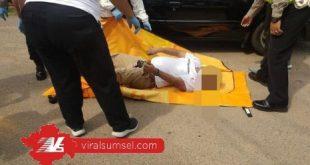 Korban Ekky yang meninggal dunia dalam mobil Soluna di depan RSUD Bari dievakuasi polisi. FOTO : VIRALSUMSEL.COM