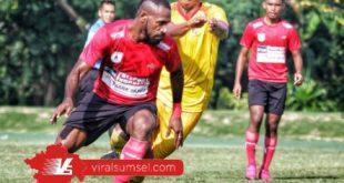 Erwin Gutawan defender Sriwijaya FC kawal penyerang Persipura Boas Solossa saat uji coba. jelang kompetisi Liga 2. FOTO : ASTARA