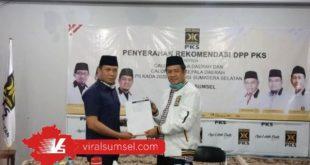 AW Noviadi Bakal Calon Bupati Ogan Ilir terima SK dukungan dari Presiden PKS. FOTO : VIRALSUMSEL.COM