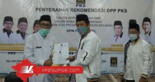 H Heri Amalindo menerima SK dukungan dari Presiden PKS. FOTO : VIRALSUMSEL.COM