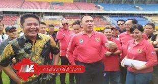 H Herman Deru Gubernur Sumsel bersama Ketua Umum PSSI Mochamad Iriawan saat melakukan inspeksi Stadion Gelora Sriwijaya. FOTO :VIRALSUMSEL.COM