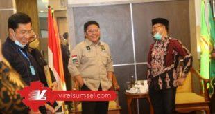 Gubernur Sumsel H Herman Deru bincang santai dengan Bupati Muara Enim, Juarsyah. FOTO :VIRALSUMSEL.COM