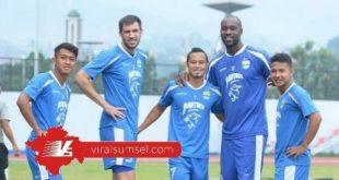 Atep (tengah) bersama rekan-rekannya saat masih berseragam Persib Bandung. FOTO :IG ATEP