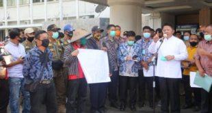 Gubernur Sumsel H Herman Deru temui ratusan demonstran dari Persatuan Masyarakat Pejuang Tanah Alang-Alang Lebar di Kantor Gubernur Sumsel. FOTO :VIRALSUMSEL.COM
