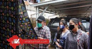 Gubernur Sumsel H Herman Deru ditemani Istri Febrita Lustia Herman Deru dan Anak bungsunya Ratu Tenny Leriva HD sambangi pusat pengrajin jumputan di Tuan Kentang, Palembang. FOTO :VIRALSUMSEL.COM