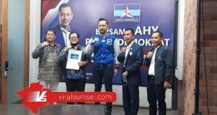 Ketua Umum DPP Partai Demokrat Agus Harimurti Yudhoyono berikan surat keputusan dukungan pada paslon cakada Kabupaten Muratara. FOTO :VIRALSUMSEL.COM