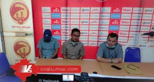 M H Hidayat Presiden Klub Muara Enim Serasan FC jumpa pers didampingi Manajer Tim Sriwijaya FC Hendri Zainuddin. FOTO :VIRALSUMSEL.COM