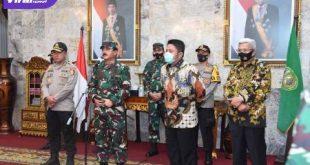 Panglima TNI Marsekal TNI Dr Hadi Tjahjanto menghadiri Rapat Koordinasi Percepatan Penanganan Covid-19 di Griya Agung Palembang, Jum'at (24/7/2020). FOTO :VIRALSUMSEL.COM
