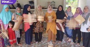 Emak-emak warga Lorong Lumajang, Kelurahan Karang Anyar, Kecamatan Gandus Kota Palembang bikin anyaman sangkek Plembang. FOTO : VIRALSUMSEL.COM