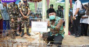 Gubernur Sumsel H Herman Deru menghadiri acara peletakkan batu pertama Masjid Baitussalam di Desa Tebing, Kecamata Belitang Madang Raya, Kabupaten Oku Timur, Rabu (5/8/2020). FOTO : VIRALSUMSEL.COM