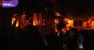 Kebakaran di pemukiman padat penduduk di Jalan Pangeran Sido Ing Lautan, Lorong Serengam I, Kelurahan 32 Ilir, Kecamatan Ilir Barat II Palembang. FOTO : VIRALSUMSEL.COM