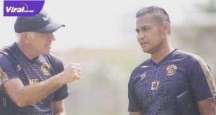 Charis Yulianto pelatih Arema FC diskusi dengan Mario Gomez. FOTO : IG CHARIS