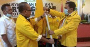 Syamdakir Edi Hamid ST Ketua DPD II Golkar Kota Prabumulih terima bendera pataka. FOTO :VIRALSUMSEL.COM