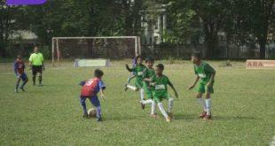 Pertandingan Junior Soccer School (hijau) lawan Putra Sunda. FOTO :VIRALSUMSEL.COM