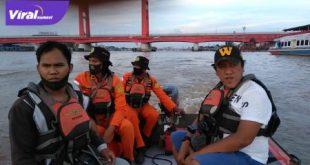 Tim Basarnas Palembang lakukan pencarian korban hilang di perairan Sungai Musi. FOTO : VIRALSUMSEL.COM
