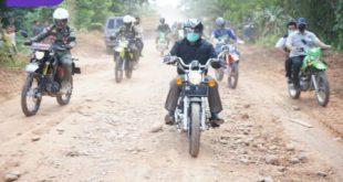 Gubernur Sumsel H Herman Deru kendarai sepeda motor cek kondisi jalan. FOTO : VIRALSUMSL.COM