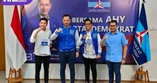 AHY didampingi Handry Pratama Putra dan Taufik Artama menyerahkan SK rekomendasi pada Panca Wijaya Akbar di Pilkada Ogan Ilir. FOTO : VIRALSUMSEL.COM