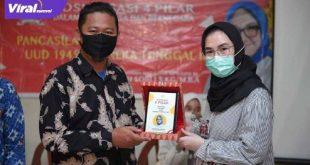 Amaliah Sobli SKg, MBA, Anggota DPD RI berikan cindera mata pada Pimpinan Ponpes Innayatullah Dr Hamdan Syukri. FOTO : VIRALSUMSEL.COM