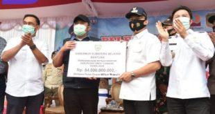 Gubernur Sumsel H Herman Deru serahkan bantuan untuk Empat Lawang. FOTO : VIRALSUMSEL.COM