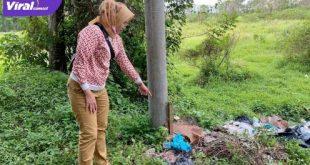 Seorang warga menunjukkan tempat ditemukannya bayi dengan ari-ari di Tempat Pembuangan Sampah. FOTO : VIRALSUMSEL.COM