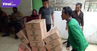 Penyaluran paket sembako di Kelurahan 16 Ulu Palembang. FOTO :VIRALSUMSEL.COM