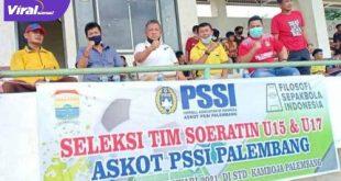 Ketua Umum KONI Kota Palembang Anton Nurdin saat hadiri seleksi pemain Piala Soeratin U-15 2021 dan Piala Soeratin U-17 2021. FOTO :VIRALSUMSEL.COM