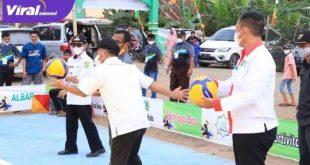 Sekda Muba Drs H Apriyadi MSi buka bola voli Irmas Cup ke -1 2021, Desa Ulak Teberau, Kecamatan Lawang Wetan. FOTO : VIRALSUMSEL.COM