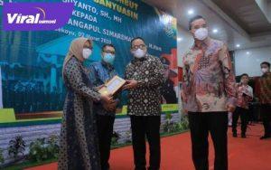 Bupati Dr H Dodi Reza Alex Noerdin Lic Econ MBA berikan kejutan spesial kepada Kajari Muba yang baru Marcos Marudut Mangapul Simaremare, SH Mhum. FOTO : VIRALSUMSEL.COM