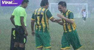 Ratu Dewa Presiden Klub PS Palembang digantikan pemain lain dalam ajang Betaji Cup. FOTO : VIRALSUMSEL.COM