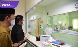 H Harnojoyo Walikota Palembang bersama Gubernur Sumsel H Herman Deru di RS Charitas. FOTO : VIRALSUMSEL.COM
