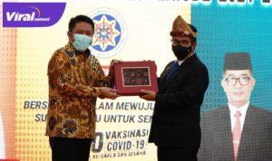 Gubernur Sumsel H Herman Deru dengan Direktur Jenderal Otonomi Daerah Kemendagri Drs Akmal Malik MSi. FOTO : VIRALSUMSEL.COM