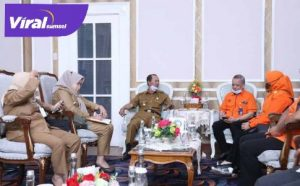 H Harnojoyo Walikota Palembang bersama Nanang Prasetyo, Manager UP3 kota Palembang. FOTO : VIRALSUMSEL.COM
