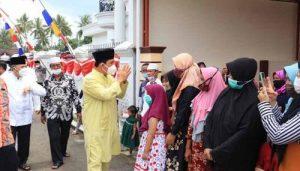 Walikota Lubuklinggau H SN Prana Putra Sohe sapa warga usai letakkan batu pertama. FOTO : VIRALSUMSEL.COM