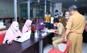 Wali Kota Lubuklinggau, H SN Prana Putra Sohe, daftar sebelum menjalani vaksinasi Covid 19 di RS Ar Bunda Lubuklinggau. FOTO : VIRALSUMSEL.COM