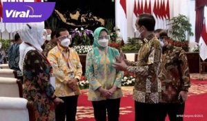 Walikota Lubuklinggau SN Prana Putra Sohe dengarkan arahan Presiden Jokowi. FOTO : VIRALSUMSEL.COM