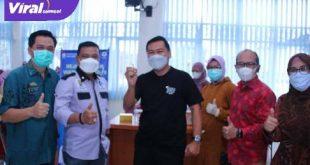 Kepala Dinas Kominfo Palembang, H. Edison saat meninjau langsung proses vaksinasi. FOTO : VIRALSUMSEL.COM