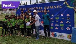 Skuat SSB Arepo saat menerima Piala juara GEAS Regional Sumsel 2021. FOTO : VIRALSUMSEL.COM