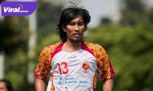Budi Sudarsono pakai jersey Sriwijaya FC. FOTO : IG