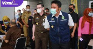 Gubernur Sumsel H Herman Deru meninjau vaksinasi dosis pertama bagi 360 orang pegawai di lingkungan Kejati Sumsel. FOTO : VIRALSUMSEL.COM