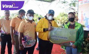 Dodi Reza Alex Bupati Musi Banyuasin berikan bonus pada juara futsal. FOTO : VIRALSUMSEL.COM